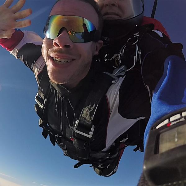Tandemski skok in snemanje s kamero iz roke